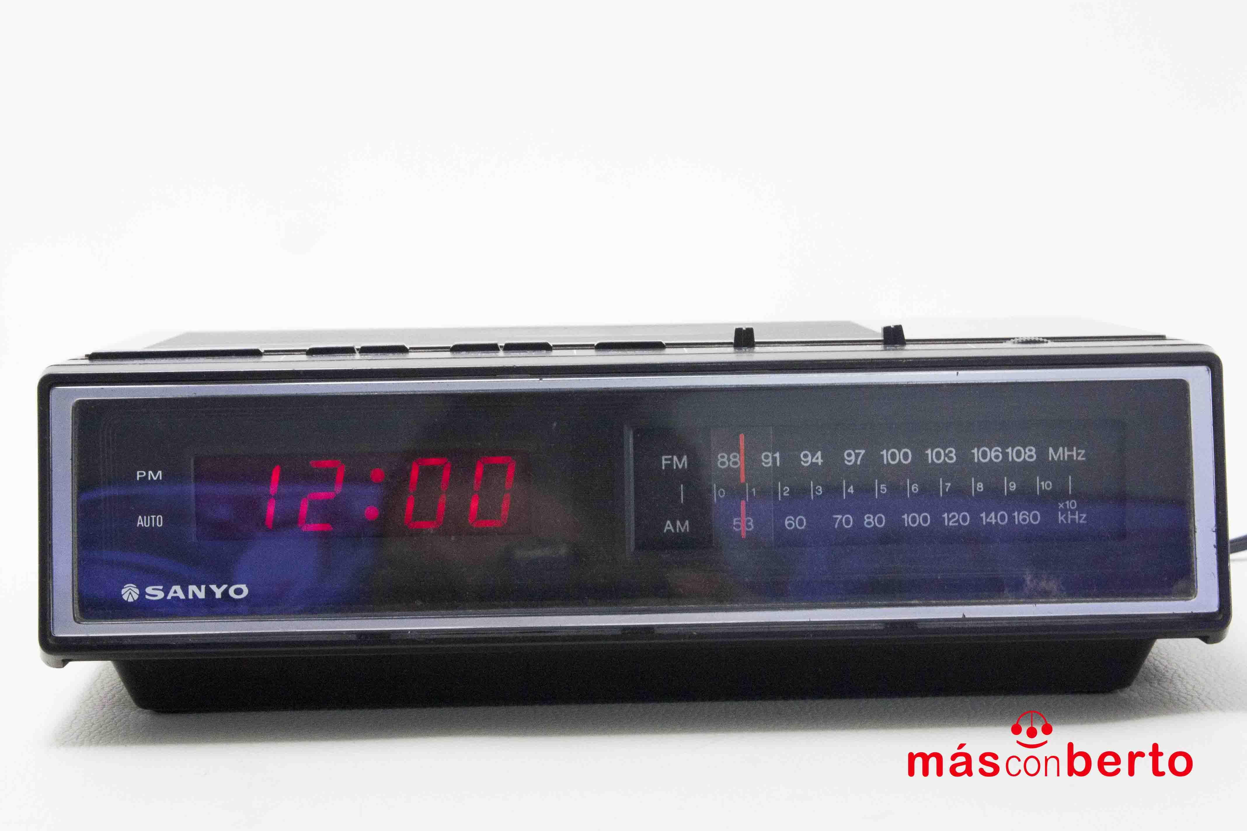 Radio despertador Sanyo...